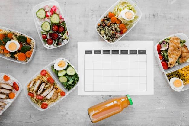 Mise à plat d'aliments sains dans des conteneurs