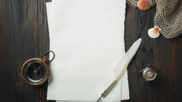 Mise à plat à l'ancienne avec des lettres écrivant des accessoires sur une table en bois foncé
