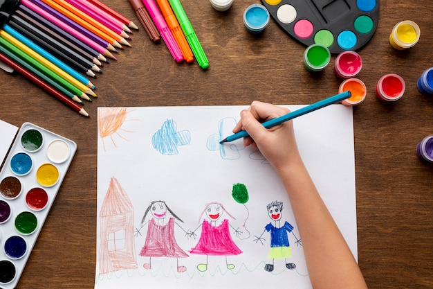 Mise à plat d'aquarelle colorée et dessin