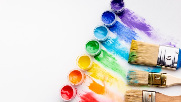 Mise à plat d'aquarelle colorée et de pinceaux avec espace copie