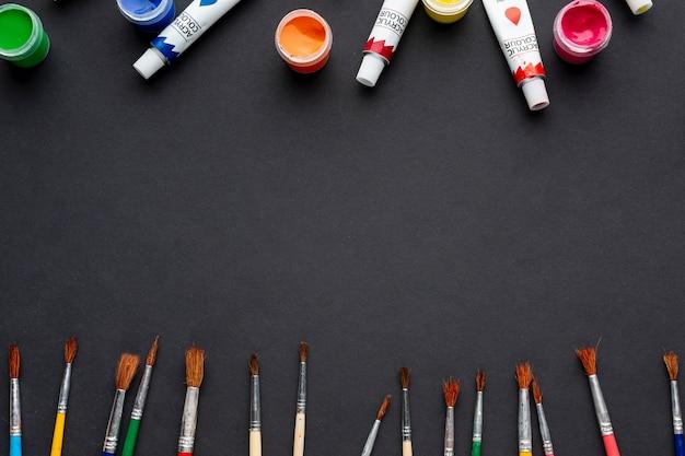 Mise à plat d'aquarelle et de pinceaux avec copie-espace