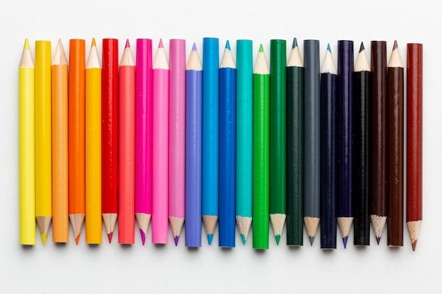 Mise à plat d'arrangement de crayons colorés