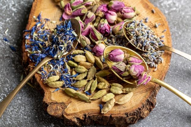 Mise à plat d'assortiment d'épices sur planche de bois
