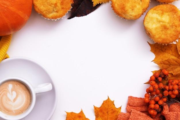 Mise à plat d'automne confortable avec chandail de citrouille au café et espace de copie