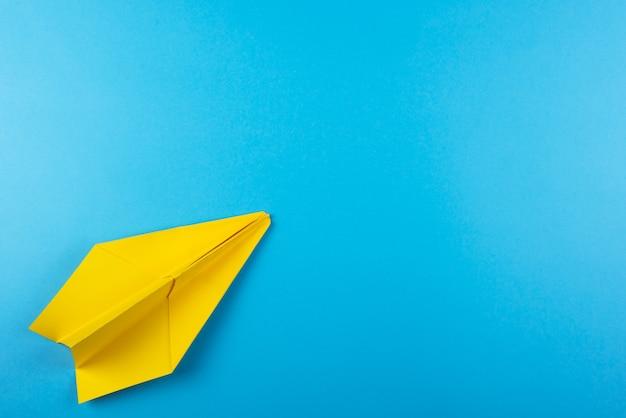 Mise à plat d'avion en papier de couleur