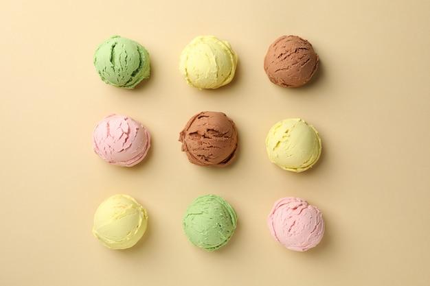 Mise à plat avec des boules de crème glacée sur une surface beige