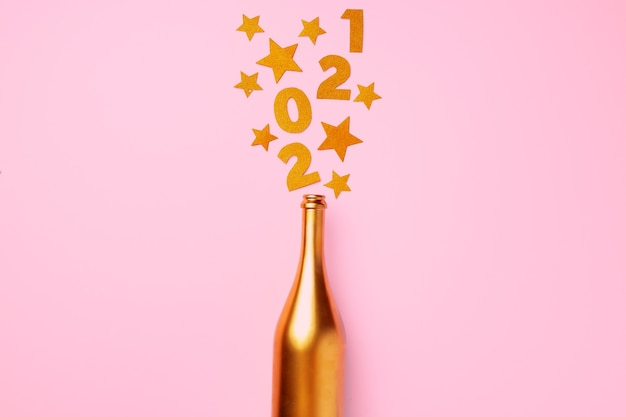 Mise à plat de la bouteille de champagne avec écriture de confettis 2021
