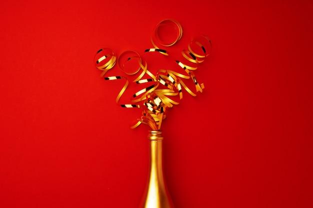 Mise à plat de la bouteille de champagne avec des rubans qui en sortent