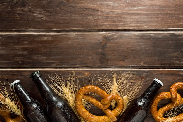 Mise à plat de bouteilles de bière avec bretzels et espace copie