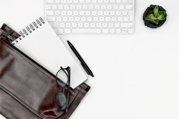 Mise à plat de bureau. clavier d'ordinateur, lunettes et étui pour ordinateur portable