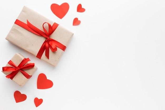 Mise à plat de cadeaux avec coeurs et espace copie