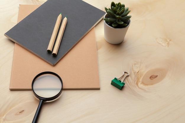 Mise à plat, cadre de bureau de table de bureau vue de dessus. accessoires de bureau