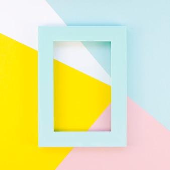 Mise à plat de cadre coloré sur des formes de papier