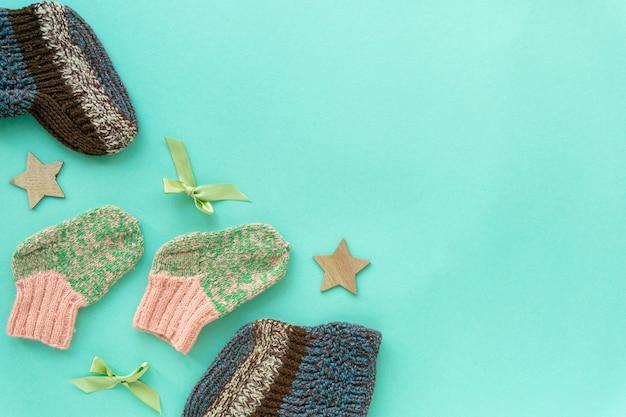 Mise à plat de chaussettes tricotées pour bébé pour garçon et fille sur fond de menthe, copyspace.