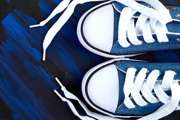 Mise à plat de chaussures de sport pour femmes ou hommes
