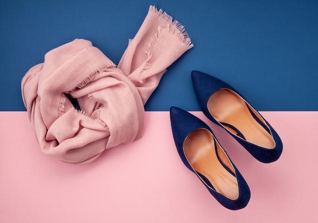 Mise à plat avec collection d'accessoires d'automne pour femmes. shopping, blog de mode, vente, concept d'idées cadeaux.