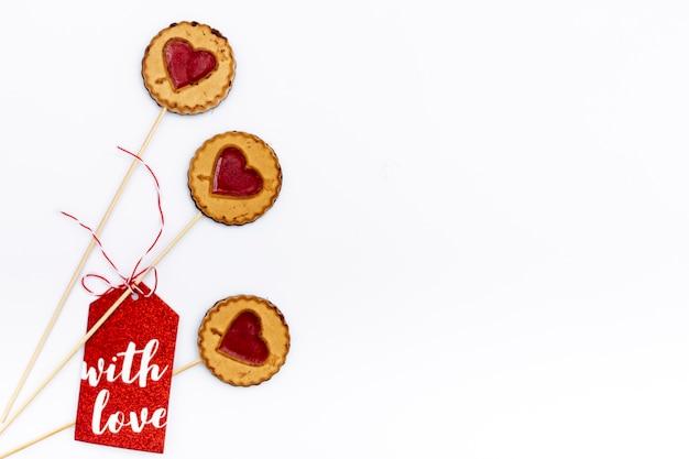 Mise à plat de cookies de la saint-valentin avec coeurs