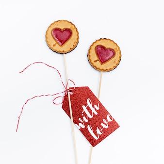 Mise à plat de cookies de la saint-valentin avec étiquette