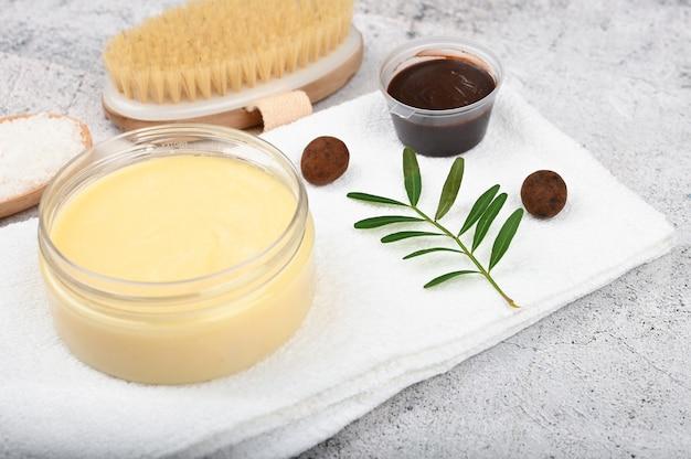 Mise à plat sur les cosmétiques naturels. agencement plat avec accessoires, cosmétiques pour spa, sel de bain, crème et serviettes. produit de soin de la peau, cosmétiques naturels, style plat.