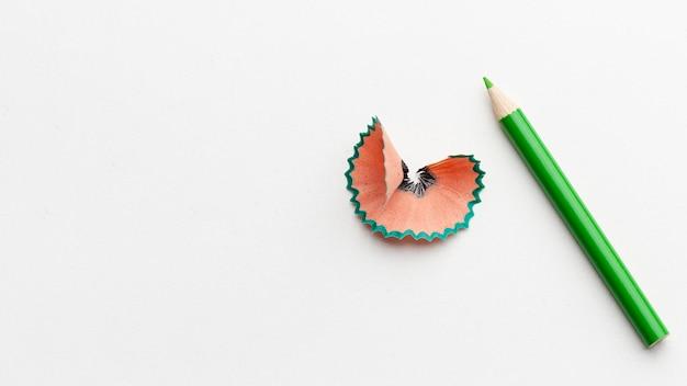 Mise à plat de crayon vert avec espace copie