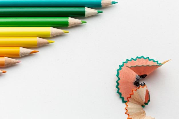 Mise à plat de crayons colorés avec espace copie