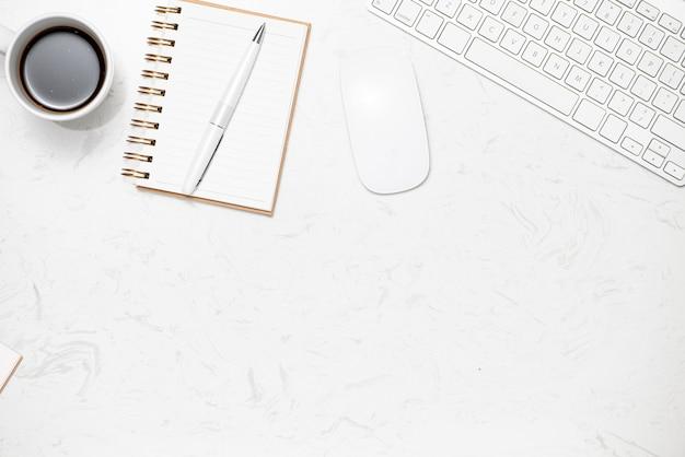 Mise à plat créative du bureau de l'espace de travail. bureau vue de dessus avec ordinateur portable, tasse à café et clavier blanc