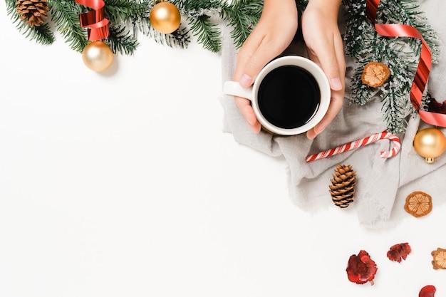 Mise à plat créative minimale de la composition traditionnelle de noël et du nouvel an. vue de dessus des décorations de noël d'hiver sur fond blanc avec un espace vide pour le texte. copiez l'arrière-plan de l'espace.