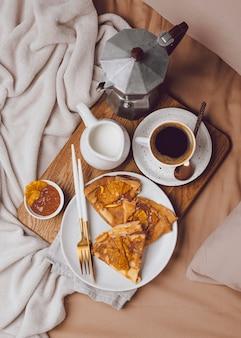 Mise à plat de crêpes de petit déjeuner avec de la confiture