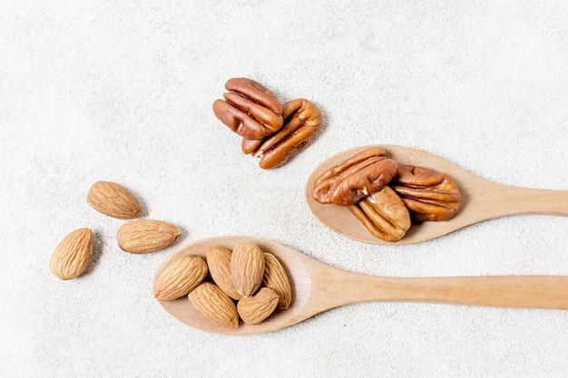 Mise à plat de cuillères aux noix et aux amandes