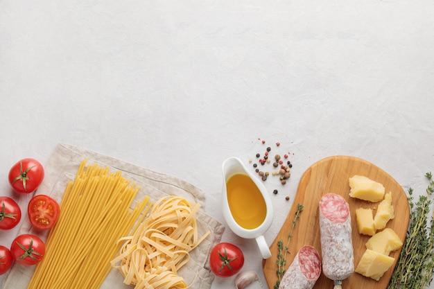 Mise à plat de la cuisine italienne sur fond blanc. espace copie et vue de dessus