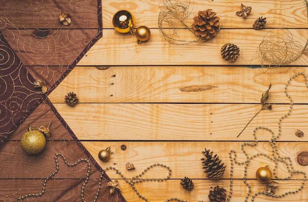 Mise à plat de décorations de noël sur une texture en bois