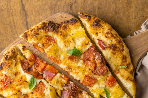 Mise à plat de délicieuses pizzas à l'ananas et à la papaye