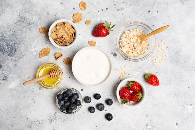 Mise à plat de délicieux fruits dans des bols