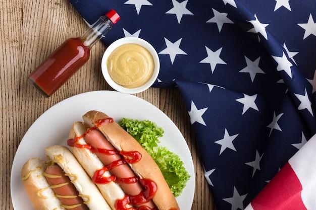 Mise à plat de délicieux hot-dog avec de la mayonnaise