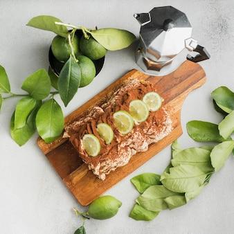 Mise à plat de délicieux rouleaux et citron vert