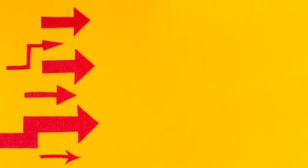 Mise à plat de différentes flèches rouges avec espace copie
