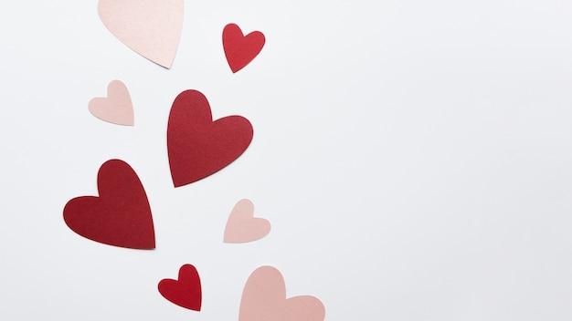 Mise à plat différentes formes de coeur sur table