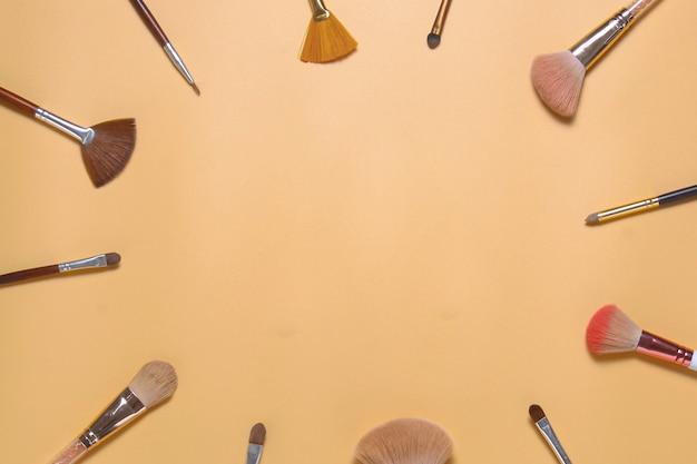 Mise à plat de divers pinceaux de maquillage avec espace de copie