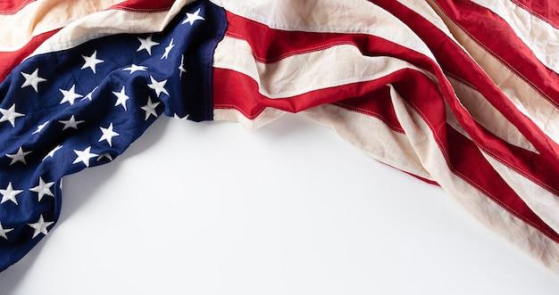 Mise à plat de drapeaux américains contre isolé