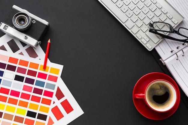Mise à plat du bureau avec café et clavier