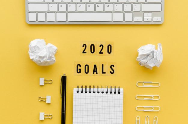 Mise à plat du bureau avec objectifs du nouvel an et clavier