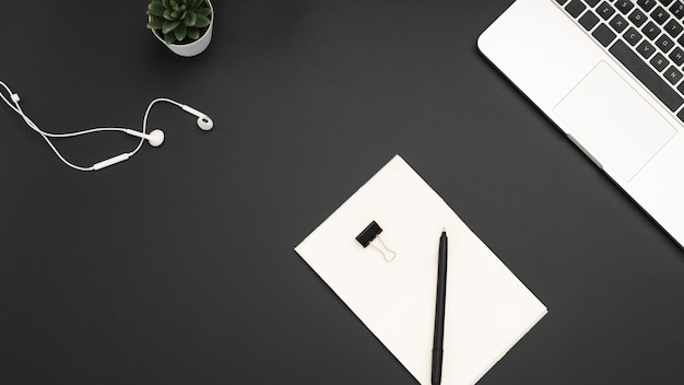 Mise à plat du bureau avec ordinateur portable et casque