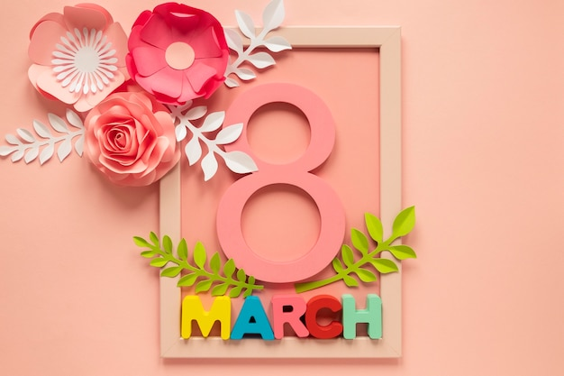 Mise à plat du cadre avec date et fleurs en papier pour la journée de la femme