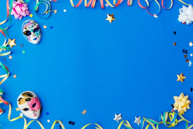 Mise à plat du carnaval coloré avec espace copie, articles du mardi gras