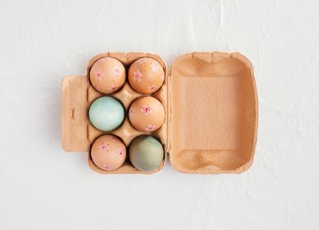 Mise à plat du carton avec des oeufs de pâques et de l'espace de copie