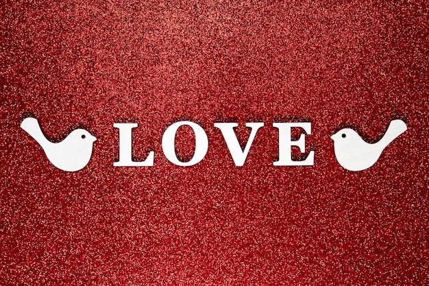 Mise à plat du concept d'amour sur fond d'éclat de paillettes rouge vif