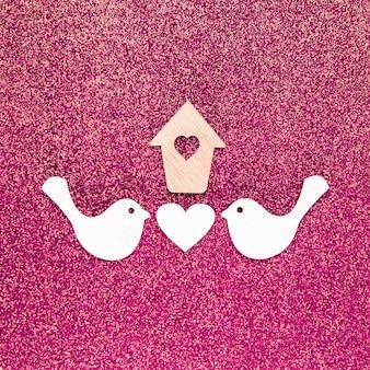 Mise à plat du concept d'amour sur fond de paillettes rose vif