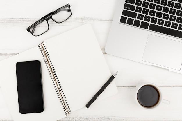 Mise à plat du concept de bureau avec espace copie
