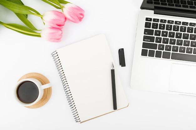 Mise à plat du concept de bureau avec des tulipes