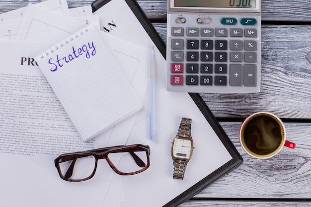 Mise à plat du concept de stratégie d'entreprise. travail de comptabilité avec calculatrice et tasse de café.